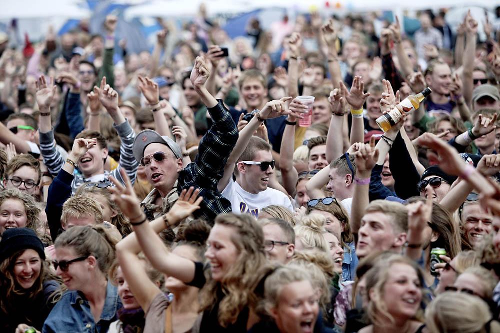 Kœra spiller pŒ den mobile scene Apollo Countdown pŒ Roskilde Festival 2012